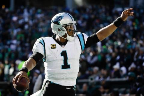 El mariscal de campo de Carolina Panthers, Cam Newton (1), en acción durante un partido de fú ...