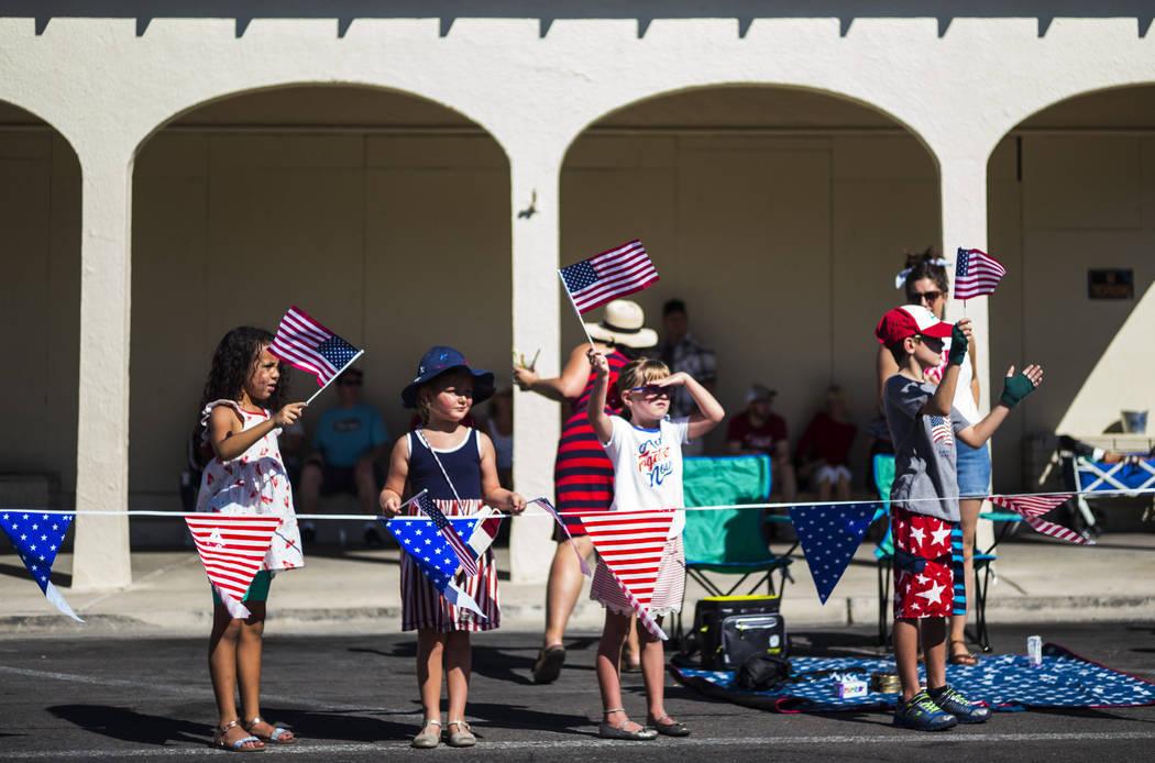 En esta foto de archivo, los espectadores observan a los participantes del desfile en la celebr ...
