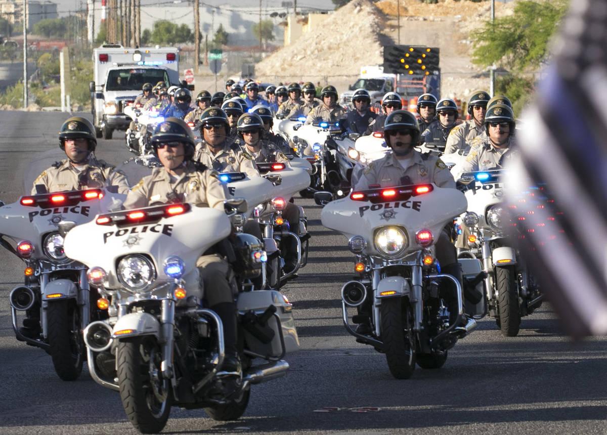 Una ambulancia que transporta al oficial de policía de Las Vegas herido, Shay Mikalonis, duran ...