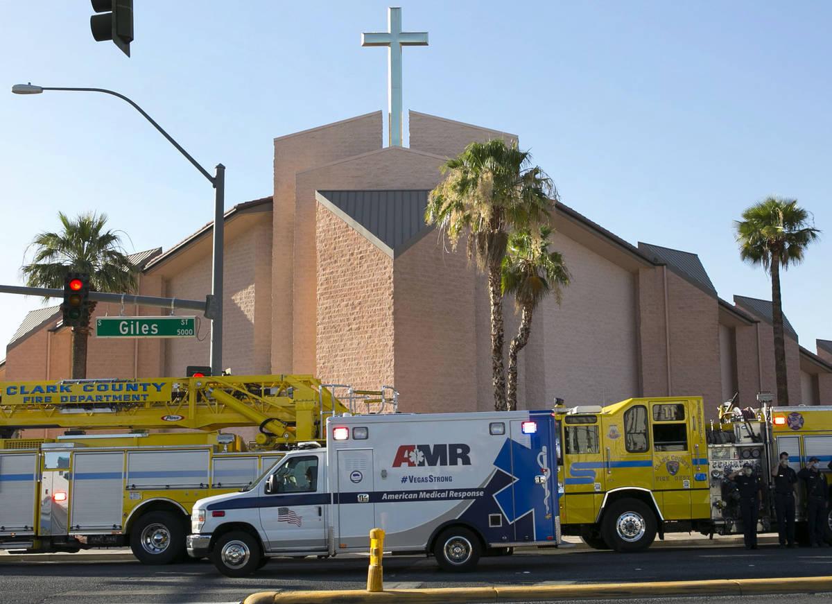Una ambulancia que transporta al oficial de policía de Las Vegas herido, Shay Mikalonis, pasa ...