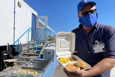 Corey Beasley, propietario de Cattlemen's Meat Company de Cut Bank, Montana, muestra el desayun ...