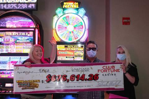 El gerente general de Club Fortune Casino, Pat Michel (centro) y la gerente de juegos de mesa, ...