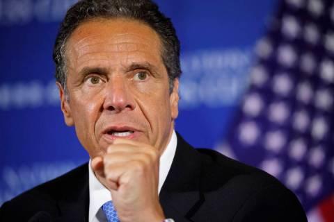 En esta foto del 27 de mayo de 2020, el gobernador de Nueva York, Andrew Cuomo, habla durante u ...
