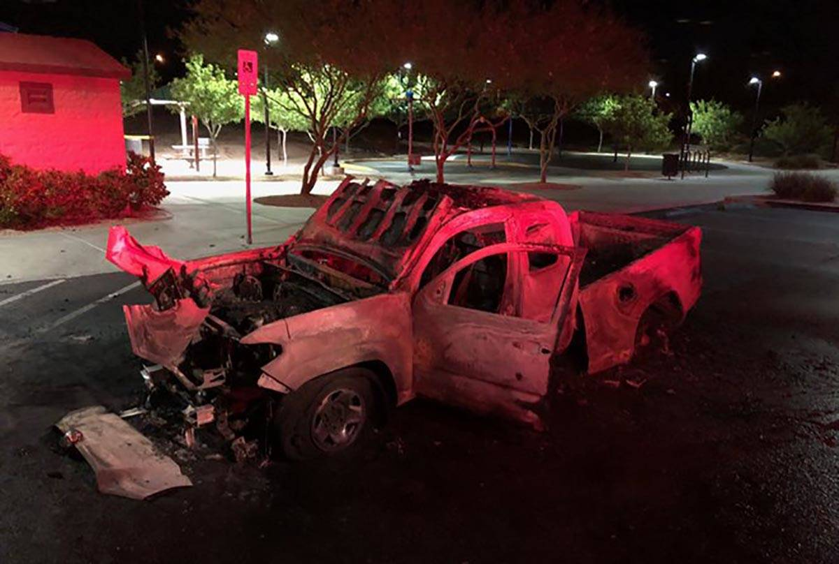 Fuegos artificiales encendieron y destruyeron una camioneta en el noroeste de Las Vegas el juev ...