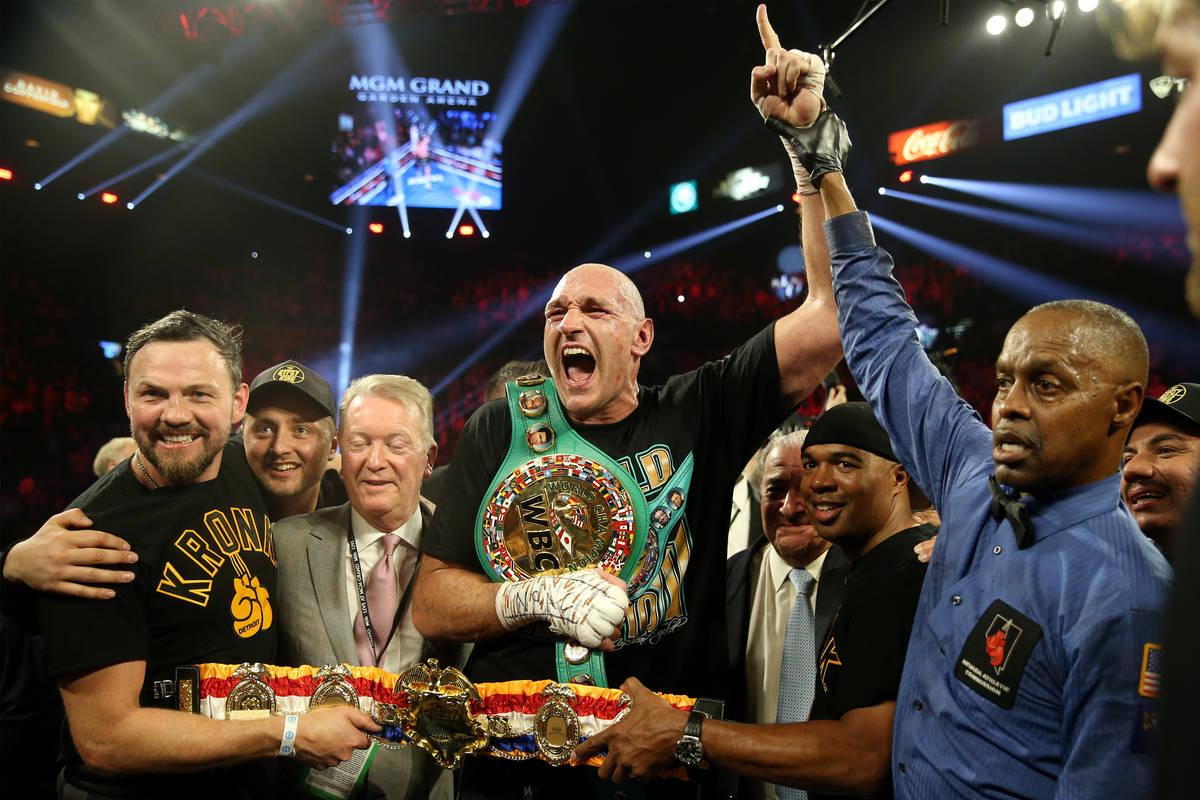 Tyson Fury celebra su victoria por nocaut técnico contra Deontay Wilder en el séptimo asalto ...