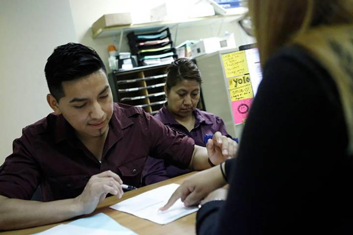 Esta fotografía de archivo muestra a personal de una organización local ayudando a distintas ...