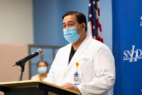 En esta foto de archivo del 13 de mayo de 2020, el doctor Luis Medina-García, especialista en ...