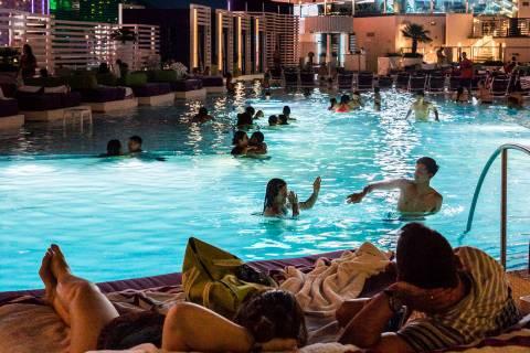En esta foto de archivo del 5 de junio de 2017, los visitantes a la piscina disfrutan de una pr ...