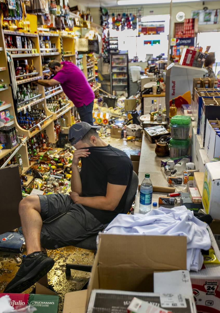 Ziad Abdullatif, de la licorería Eastridge Market, está cansado pero sigue ayudando a alzar l ...