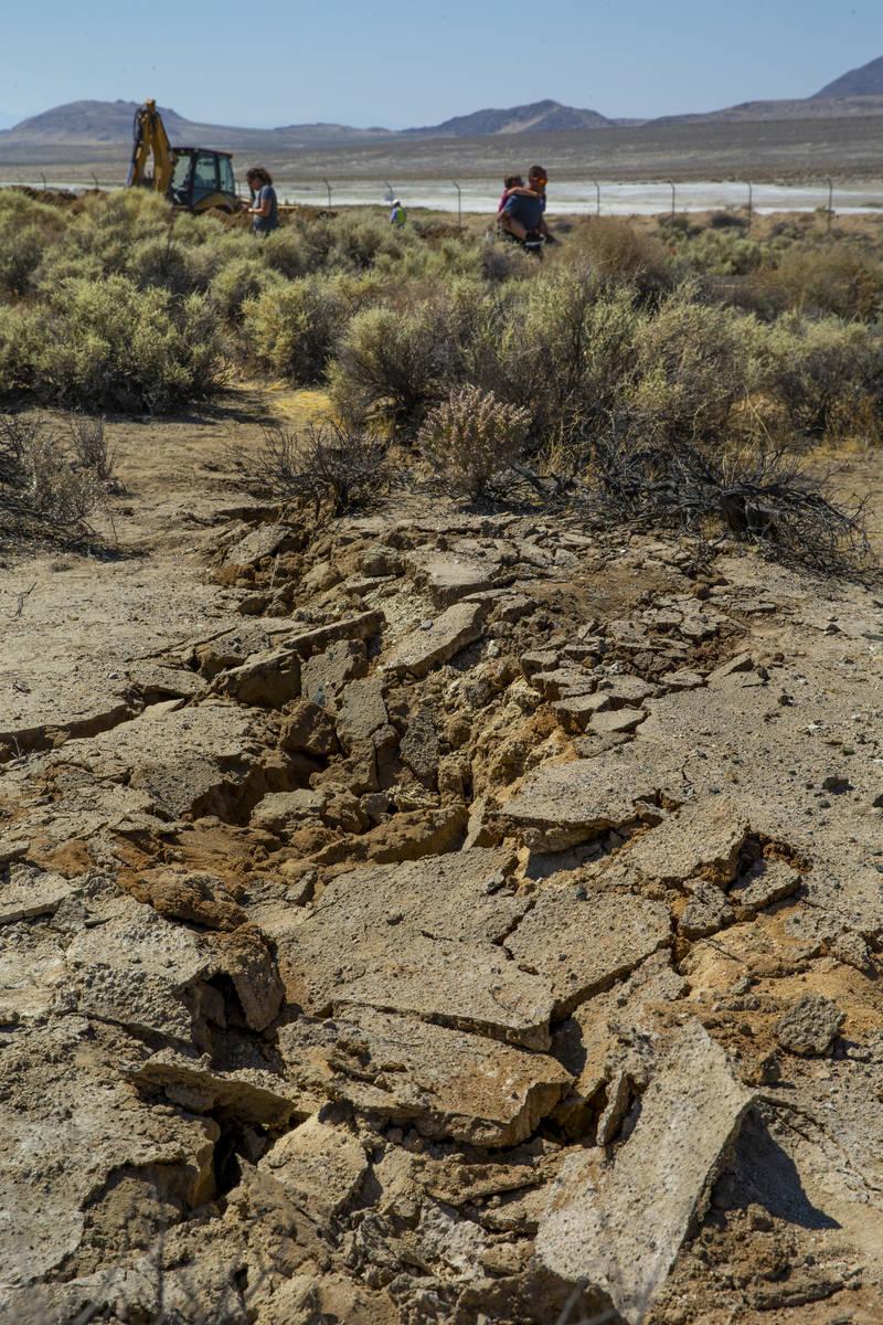 Extensas grietas en el pavimento en Trona, California, debido a los terremotos del sábado, 6 d ...