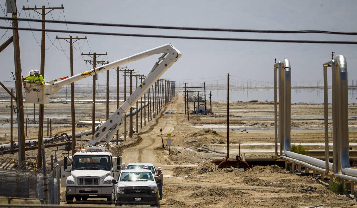 Un equipo de Edison del sur de California trabaja para reparar las líneas eléctricas cerca de ...