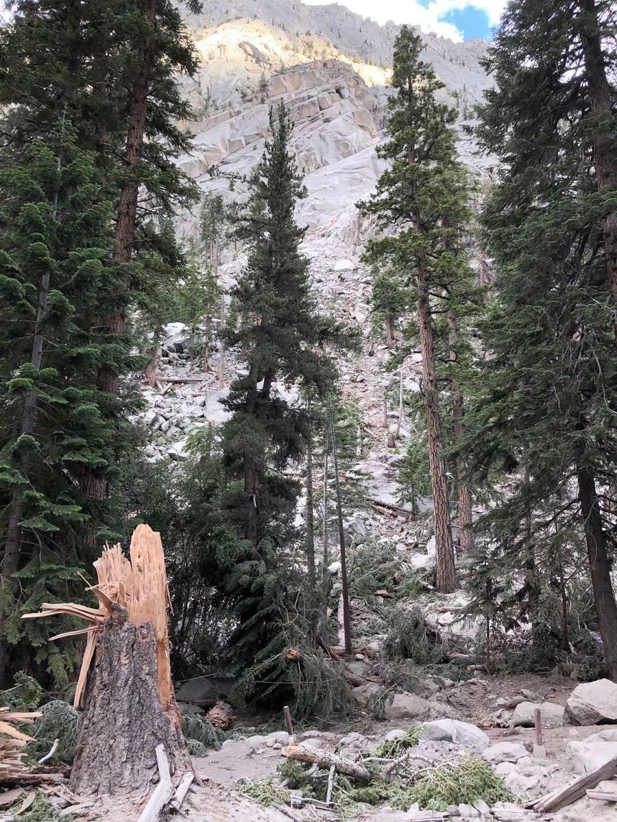 Una roca de casi 20 pies de diámetro fue lanzada a un campamento del Whitney Portal durante un ...