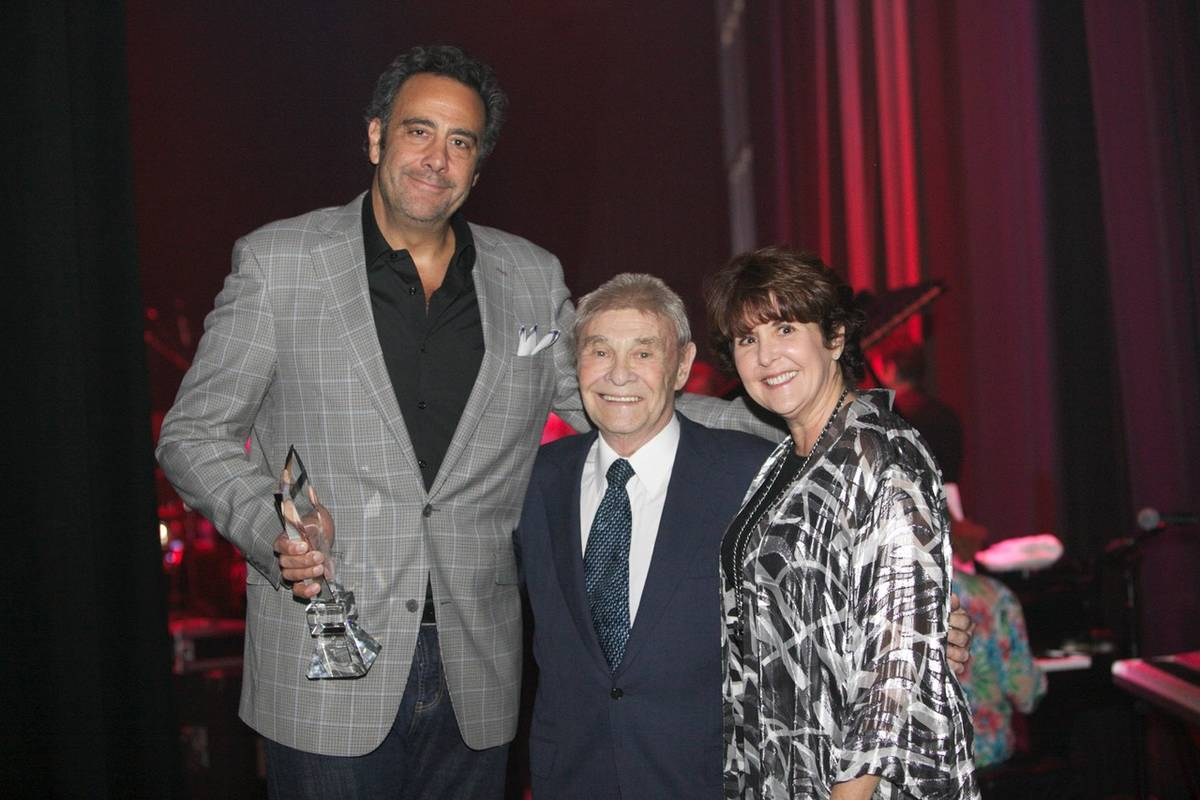 El comediante Brad Garrett, a la izquierda, con el promotor inmobiliario de Las Vegas, Irwin Mo ...