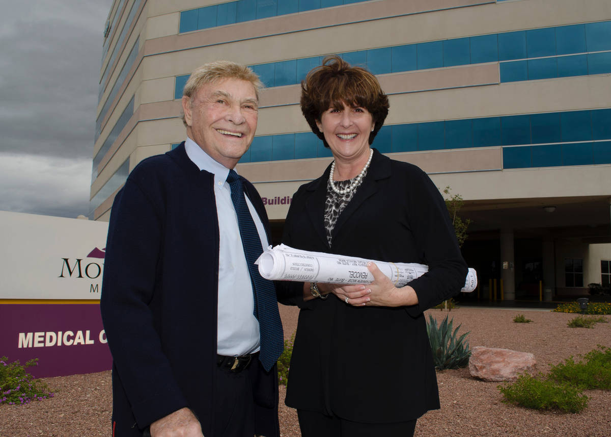 El promotor inmobiliario de Las Vegas, Irwin Molasky, y Carole Fisher, ex presidente y director ...