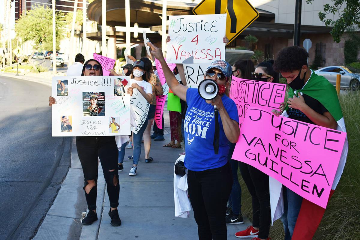 Un grupo de habitantes del sur de Nevada se manifestaron en el Strip de Las Vegas para pedir ju ...