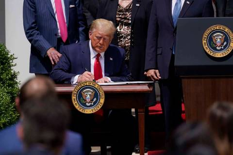 El presidente Donald Trump firma la Paycheck Protection Program Flexibility Act durante una con ...