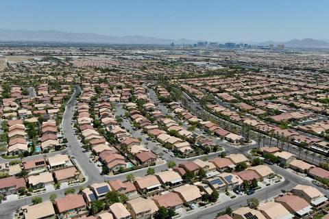 Una vista aérea de las casas en Nevada Trails, una urbanización cerca de West Windmill Lane y ...