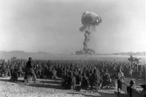 Esta foto muestra una prueba de bomba atómica en lo que entonces se llamaba Nevada Proving Gro ...