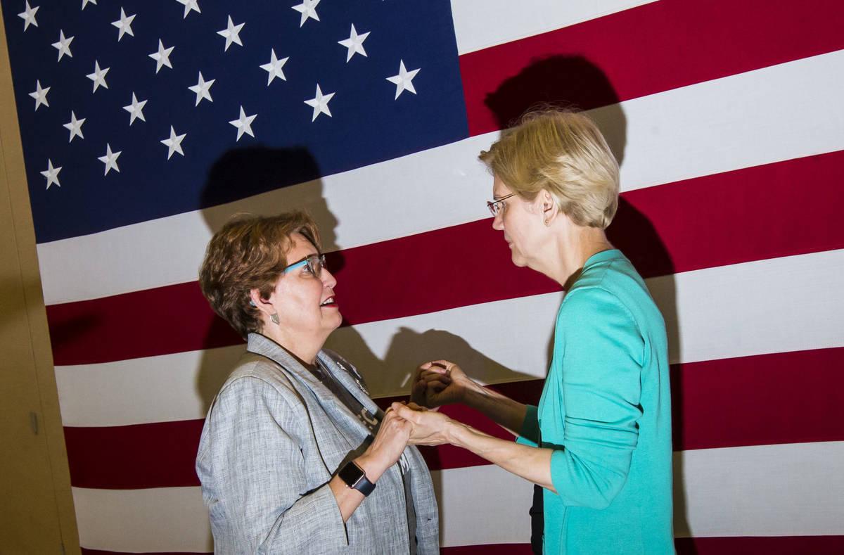 Donna West, presidenta del Partido Demócrata del Condado Clark, izquierda, habla con la candid ...