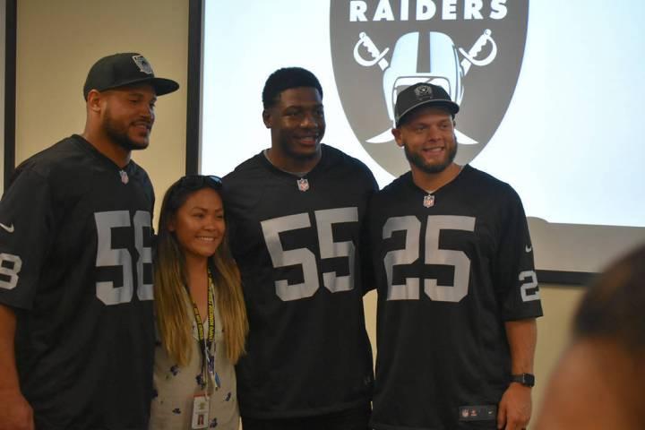 En esta fotografía de archivo, tres jugadores de los Raiders estuvieron presentes en el evento ...