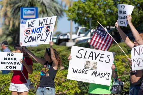 """Una protesta """"No Mask"""" se lleva a cabo en la intersección de West Sunset Road y North Step ..."""
