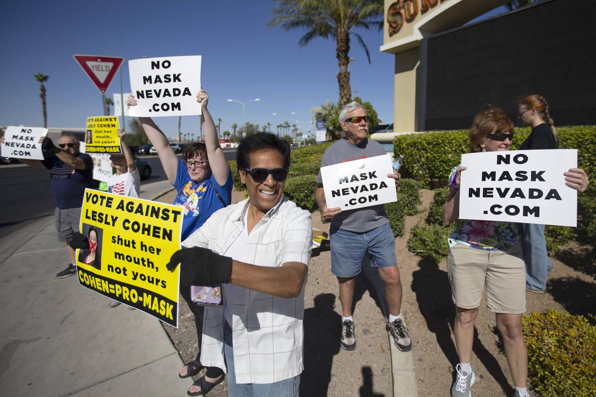 """José Luis, de Las Vegas, participa en la """"No Mask Protest"""" en la intersección de West Sunse ..."""