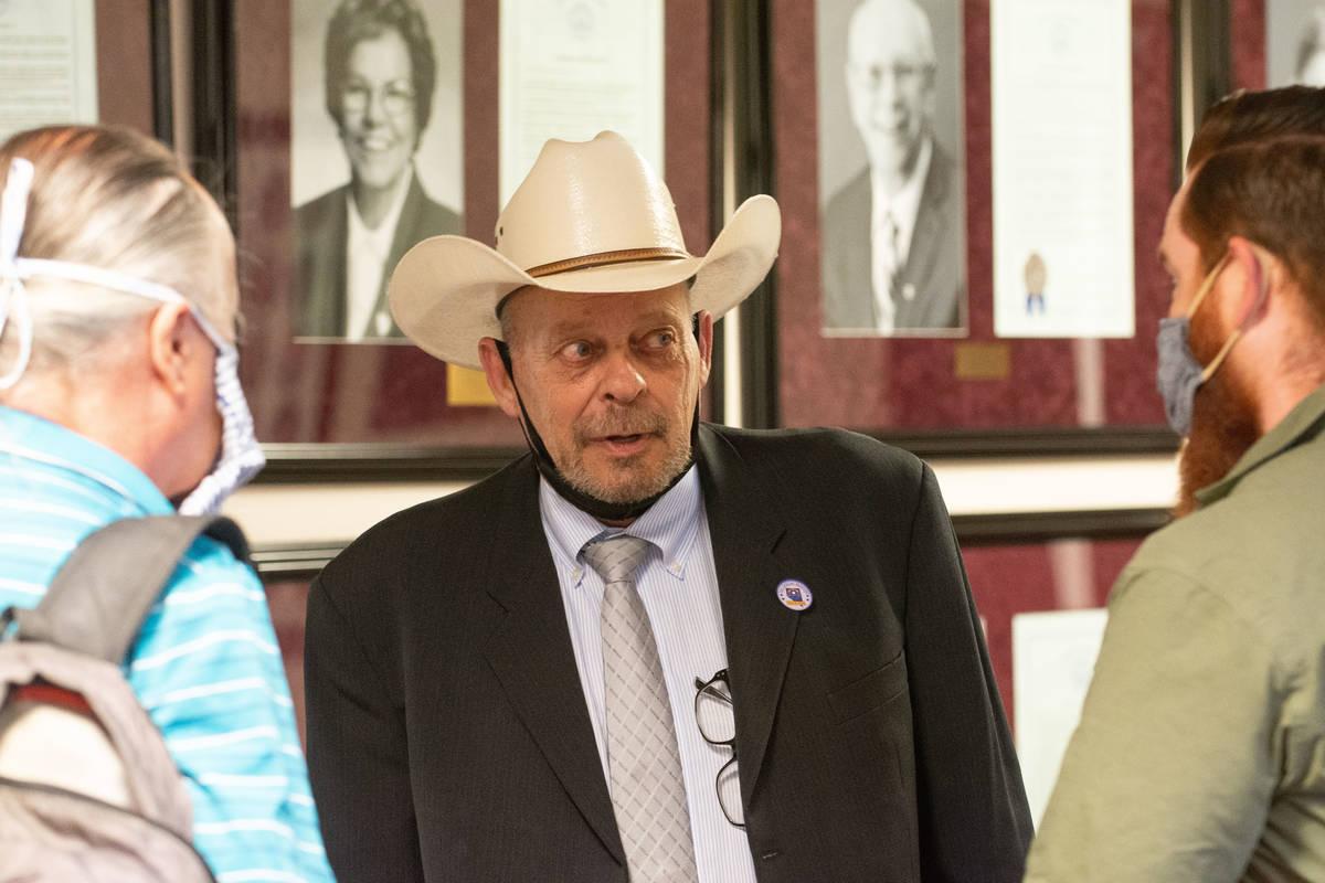El asambleísta de Nevada, Jim Wheeler, habla con los periodistas el primer día de la 31ª Ses ...