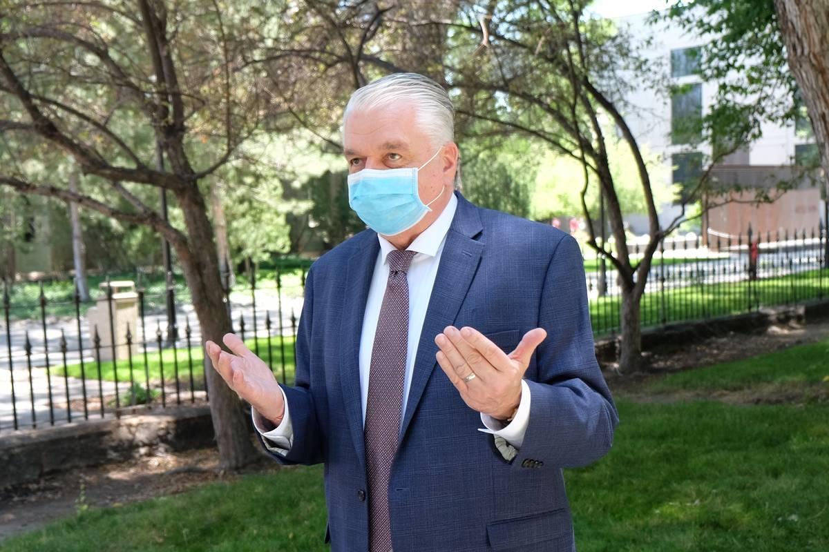 El Gobernador Steve Sisolak habla con los reporteros fuera del Capitolio el miércoles discutie ...