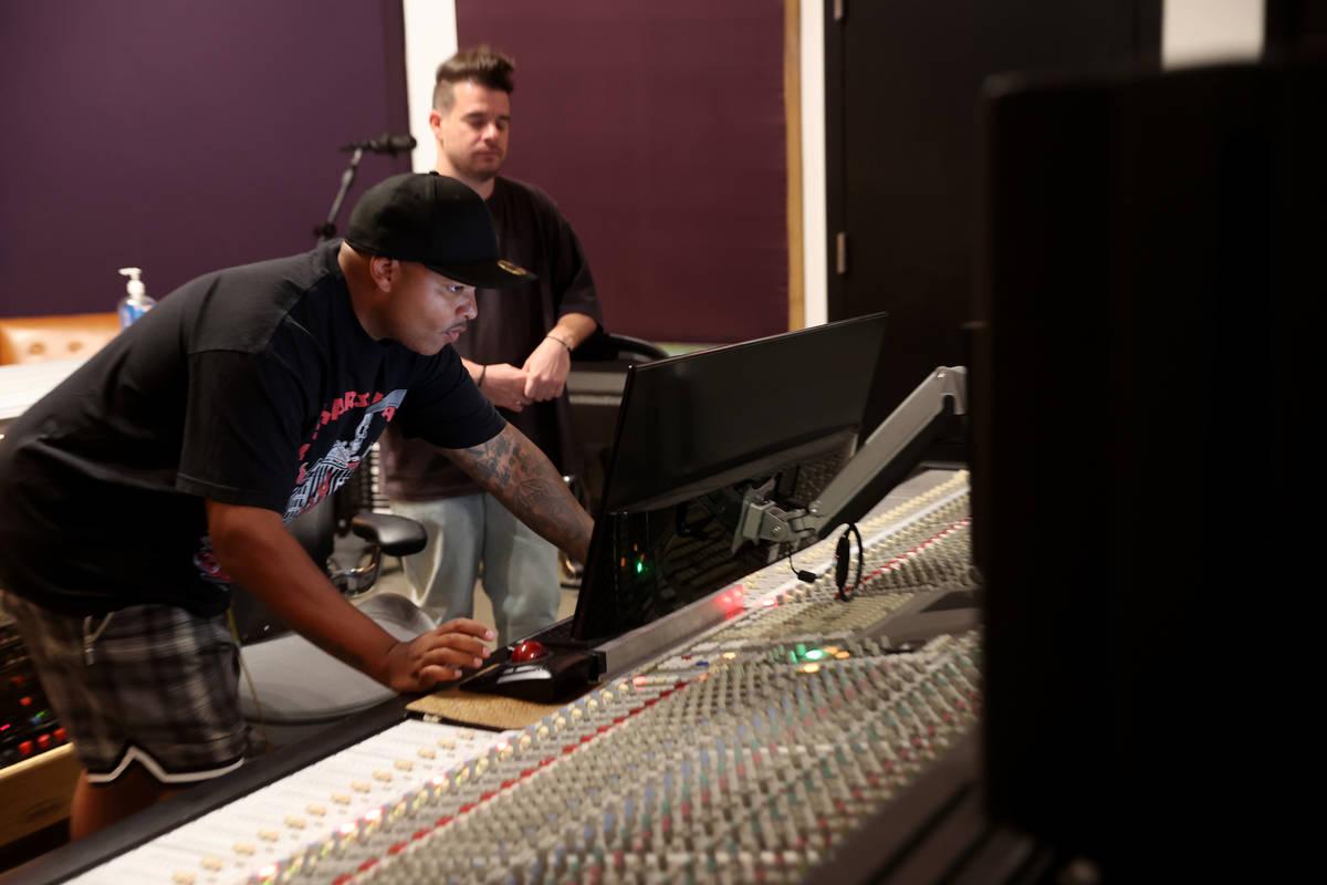 """Jimmy """"Jimmy G"""" Giannos, izquierda, y Dominic """"DJ"""" Jordan de The Audibles en el complejo de gra ..."""