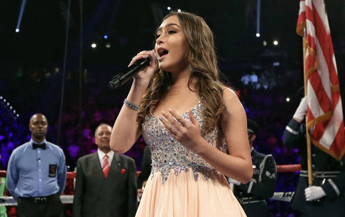 Bridget González el récord de haber cantado los himnos nacionales en más peleas de campeonat ...