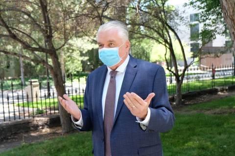 El gobernador -con cubrebocas- Steve Sisolak habla con reporteros afuera del Capitolio el miér ...