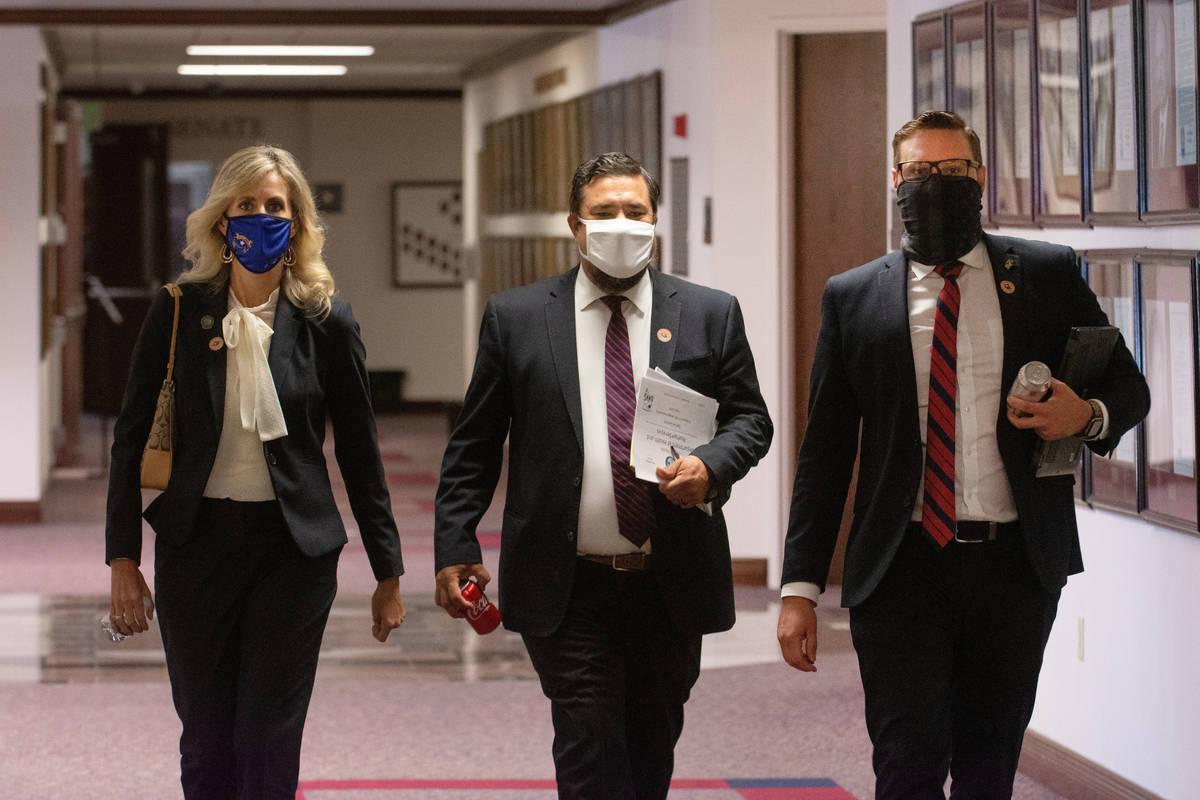 De izquierda a derecha, la asambleísta de Nevada, Melissa Hardy, y los asambleístas, Glen Lea ...