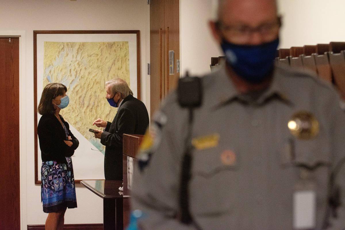 La asambleísta de Nevada, Robin Titus, habla con el asambleísta John Ellison, durante un rece ...
