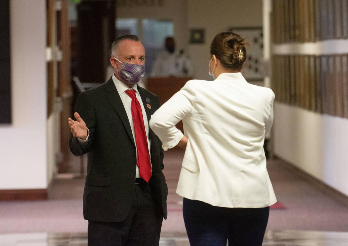 El senador de Nevada, Chris Brooks, habla con la asambleísta Teresa Benítez-Thompson, en el s ...