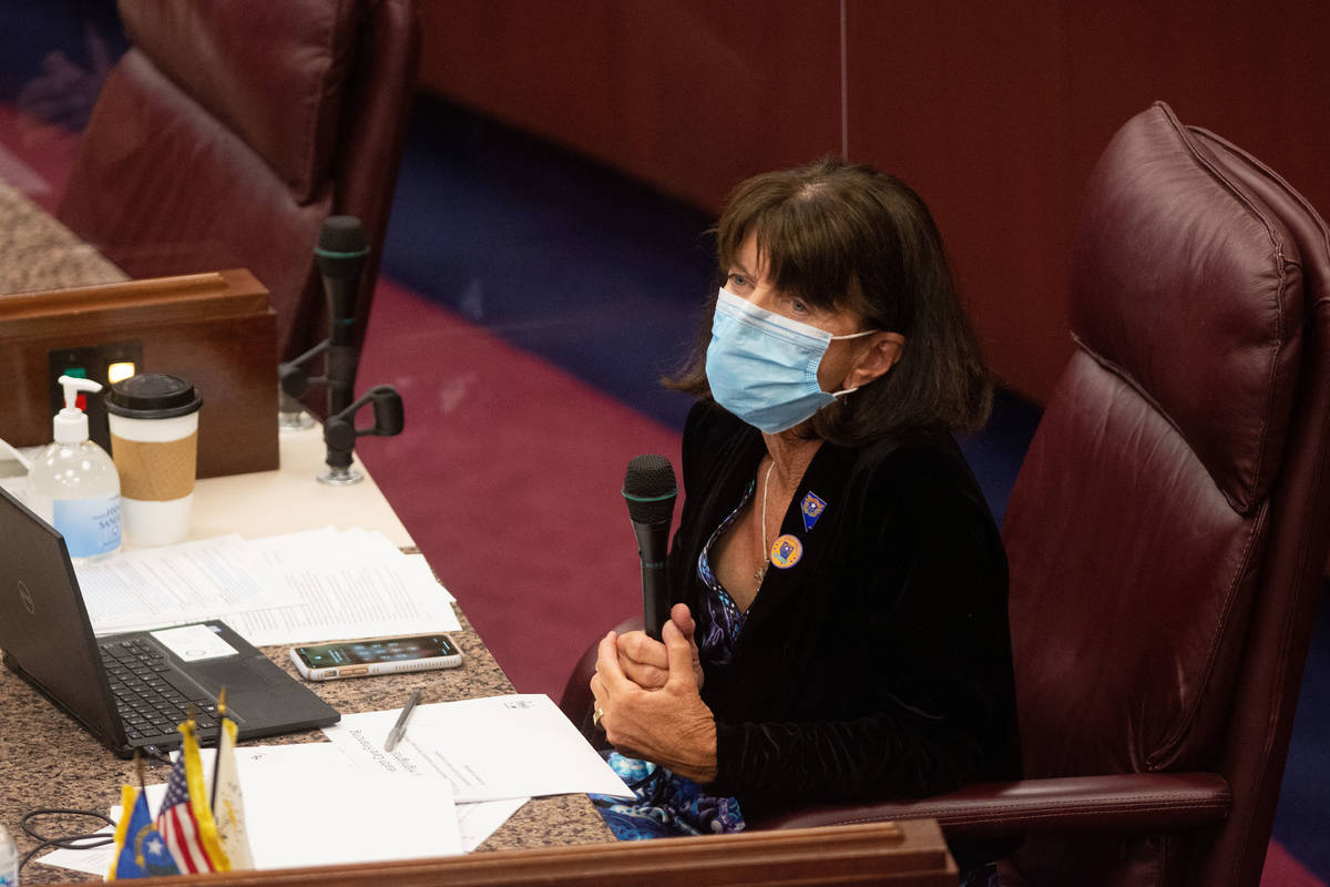 La asambleísta de Nevada, Robin Titus, dentro de la cámara de la Asamblea en el segundo día ...