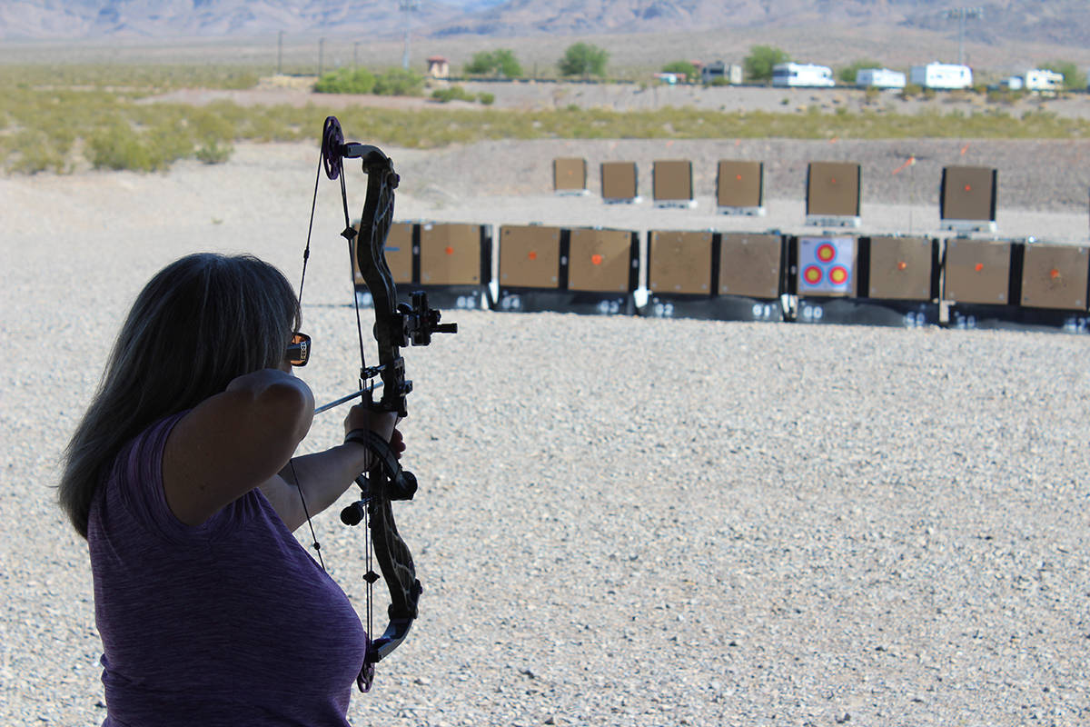 Ya sea arco o pistola, en el Complejo de Tiro le dan la clase de su correcto uso. Sábado 11 de ...