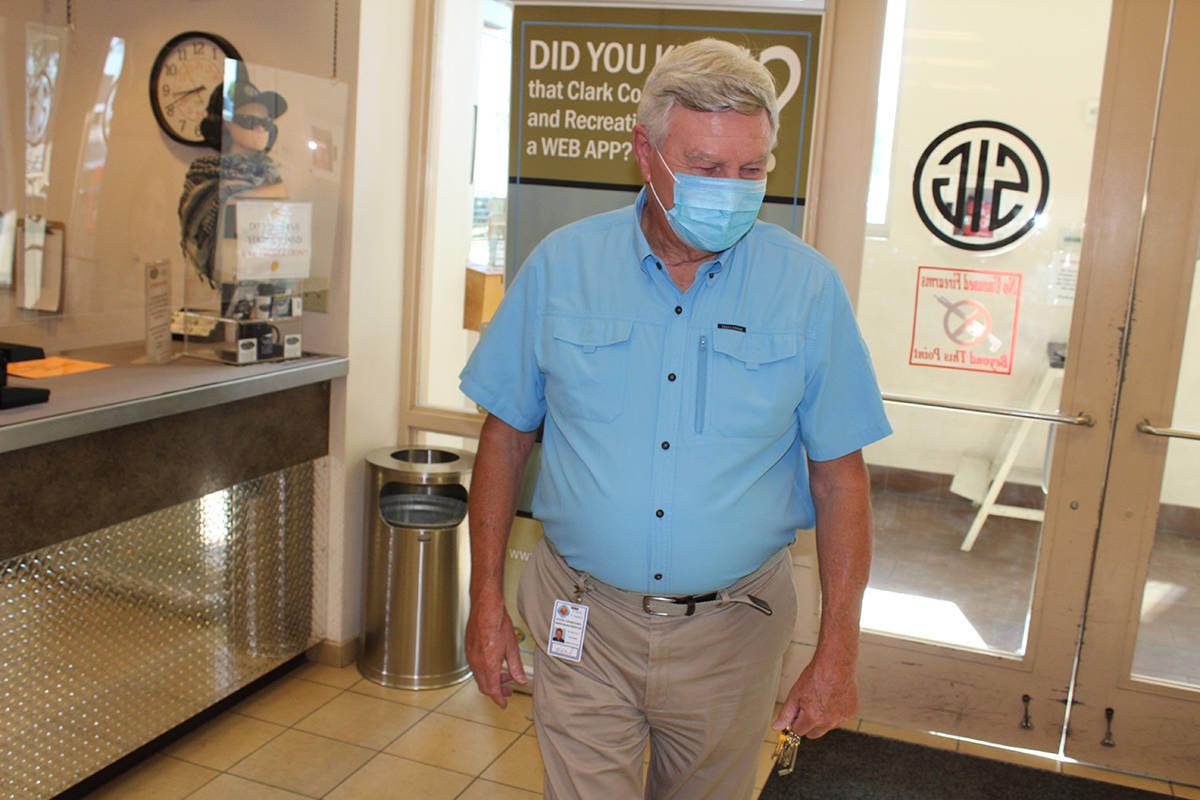 Steve Carmichael, gerente senior del Complejo de Tiro, invitó a las personas a tomar la clase ...