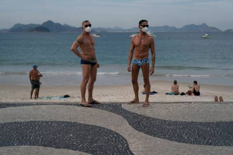 Jesús Costa y Antonio Ancón, a la derecha, de pie en la playa de Copacabana en medio del brot ...