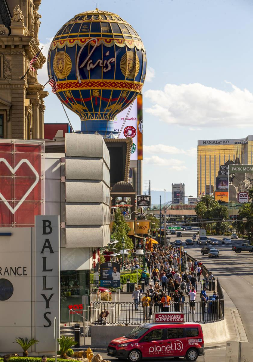 Visitantes caminan a lo largo del Strip cerca de Bally's el domingo, 15 de marzo de 2020 en Las ...