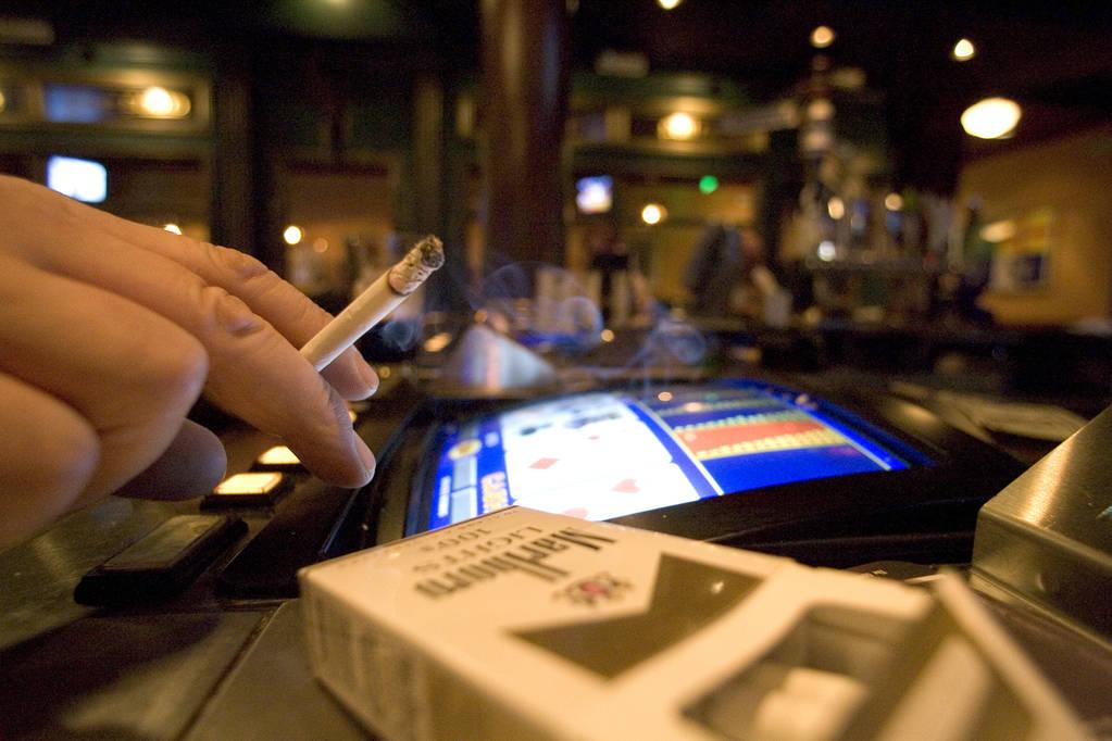 Un fumador en una máquina de video póquer en Las Vegas. (K.M. Cannon/Las Vegas Review-Journal)