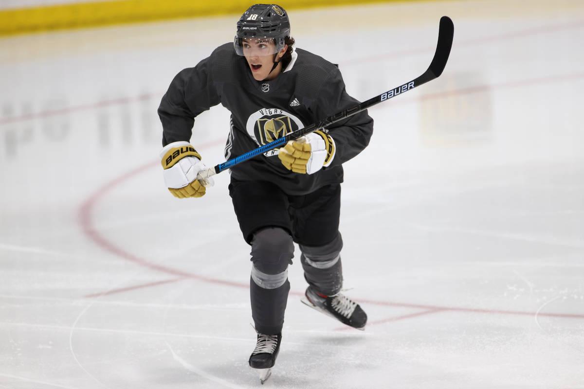 Peyton Krebs (18) de los Golden Knights de Las Vegas durante un entrenamiento en equipo en City ...