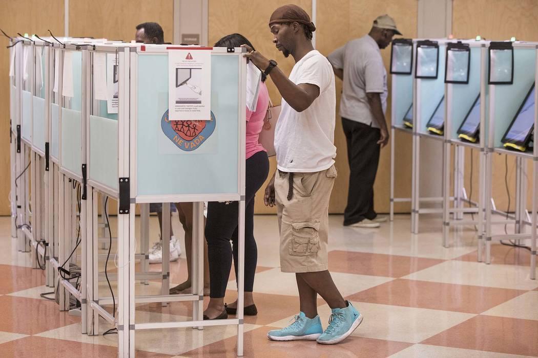 En esta foto de archivo, personas de Las Vegas emitien su voto en el Centro Comunitario Doolitt ...