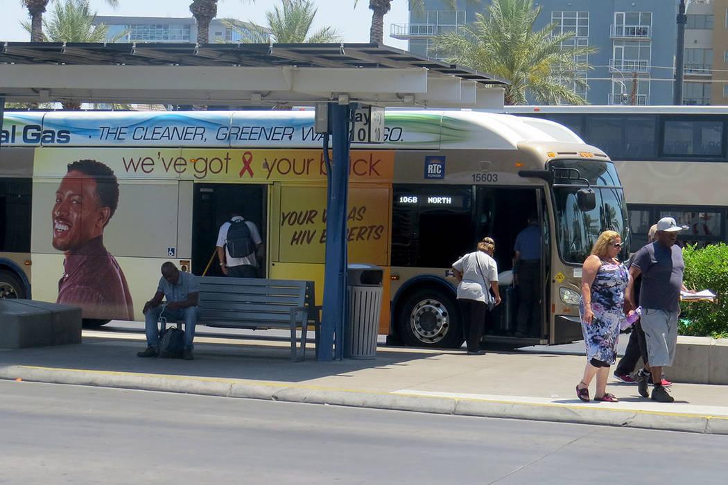 Esta foto de archivo muestra a habitantes de Las Vegas utilizando el sistema de transporte púb ...