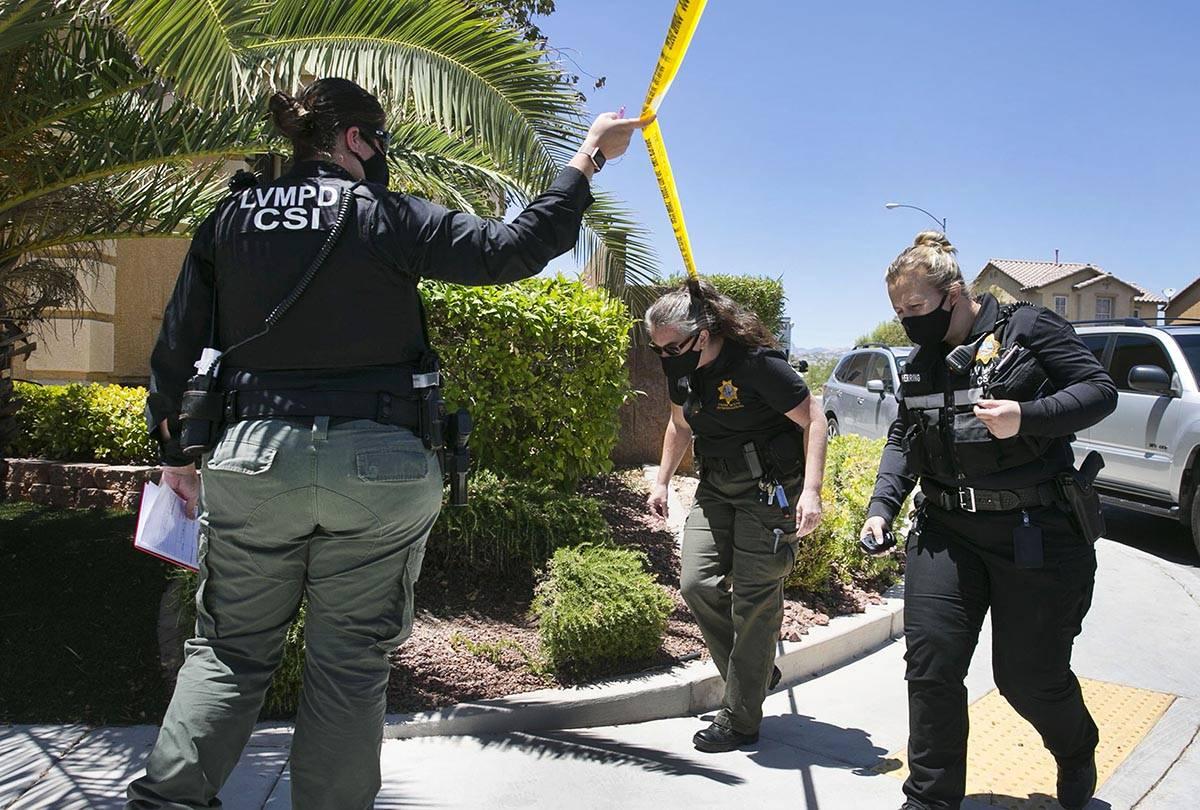 Un oficial de Las Vegas llega a la escena del crimen para investigar un homicidio en la cuadra ...