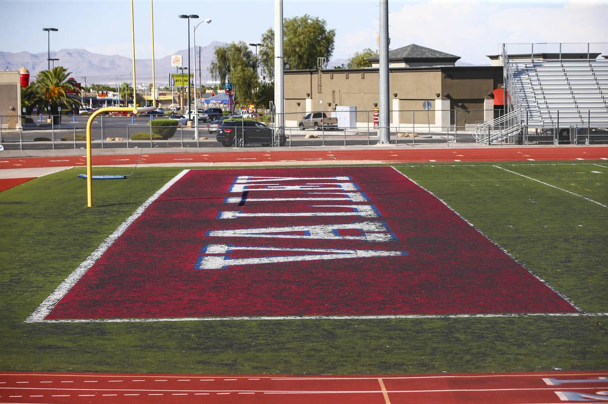 Una vista del césped deteriorado en el campo de fútbol de la Preparatoria Valley en Las Vegas ...