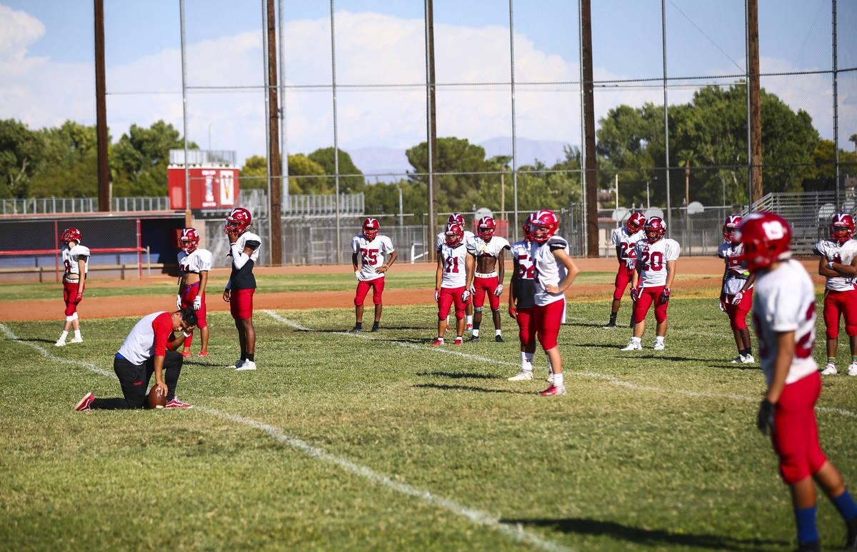 Jugadores durante la práctica de fútbol en el campo de béisbol de la Preparatoria Valley en ...