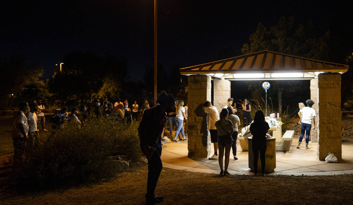Un altercado estalla durante una vigilia en el Buckskin Basin Parkin Las Vegas el jueves, 16 de ...