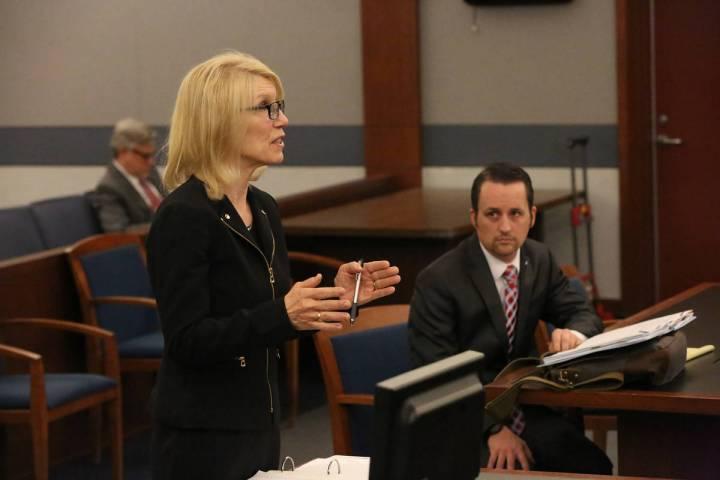 Samuel Warren, a la derecha, escucha mientras Alice Denton, abogada de Larry Bertsch, solicita ...