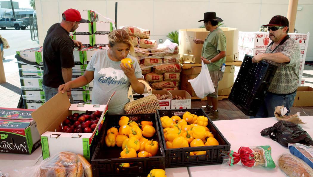 En esta foto de archivo, Carina López recoge comida durante una distribución del banco de ali ...