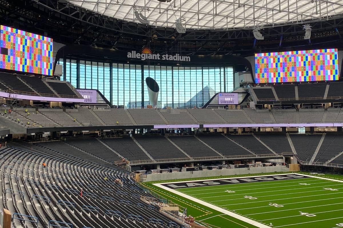Las tripulaciones prueban varios tableros de video dentro del Allegiant Stadium el 23 de junio ...